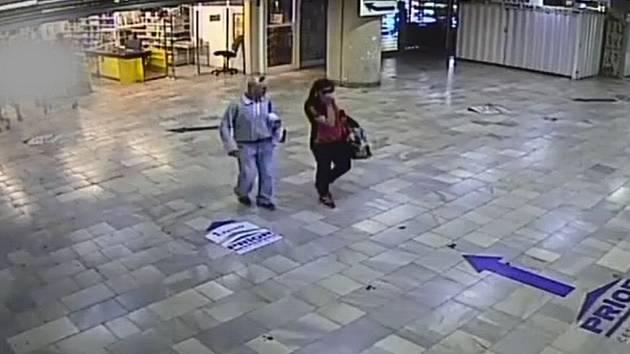 Poznáte muže a ženu na snímku z bezpečnostní kamery?