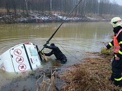 Zásah hasičů u auta utopeného v rybníku.
