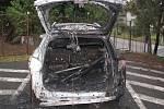 Hasiči při likvidaci požáru automobilu.