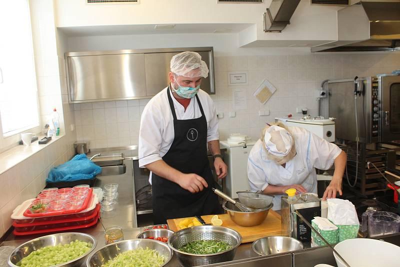 Kuchař David Valíček vypomáhá v kuchyni českotěšínského domova pro seniory.