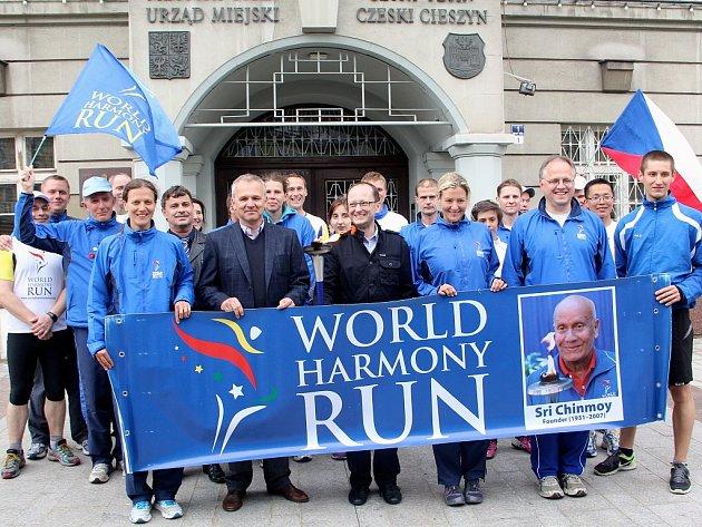 Skupinka běžců z celého světa, účastníků Harmony Wolrd Run 2013, v pondělí večer dorazila na českotěšínské náměstí.
