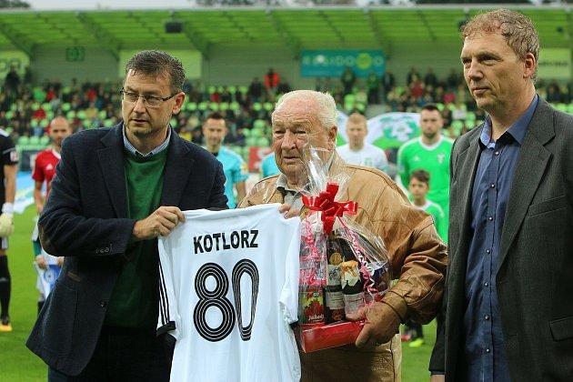 Kulaté jubileum oslavil vtěchto dnech Jaroslav Kotlorz. Před utkáním sOlomoucí jej ocenili představitelé karvinského klubu Jan Wolf a Petr Hort (vpravo).