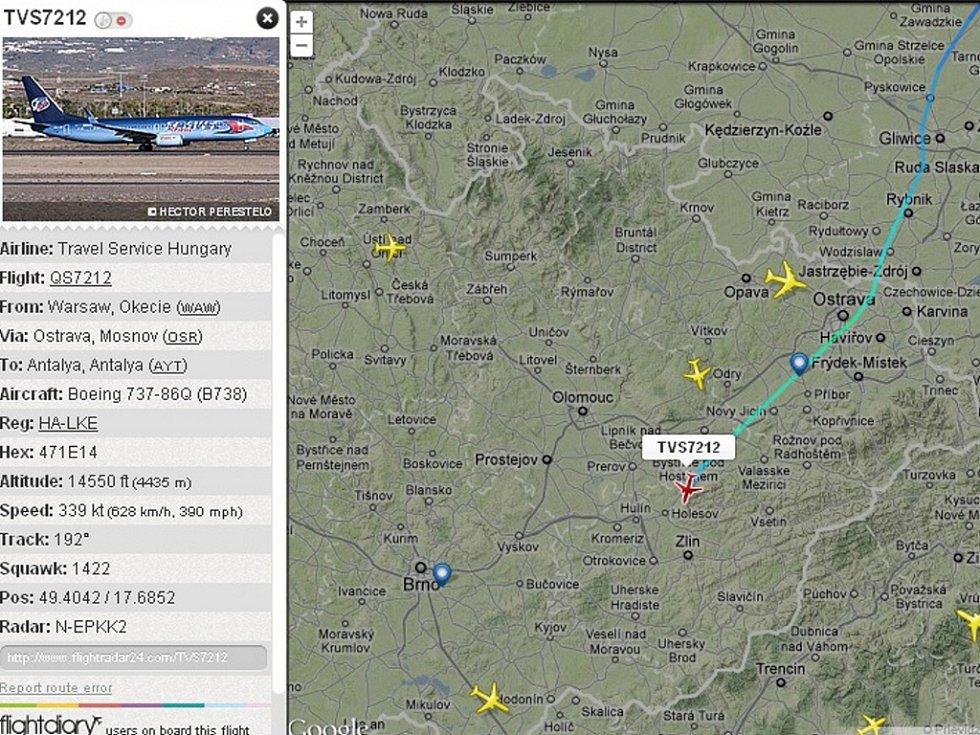 Snímek z radaru zachycuje Boeing 737-800 HA-LKE Travel Service (červeně označená ikonka) krátce po letmém mezipřistání v Mošnově ve středu 2. 5. 2012 cestou z Polska.