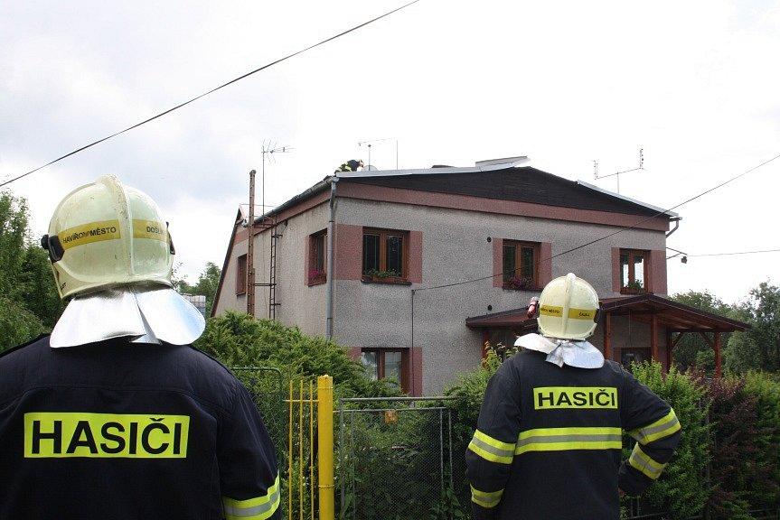 Hasiči z SDH Havířov Město museli zajistit větrem strženou střechu.