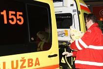 K rodičce spěchali záchranáři, kteří maminku i dítě převezli do nemocnice.