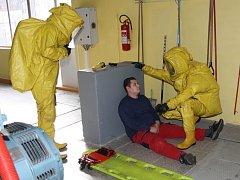 Cvičný zásah hasičů při úniku čpavku.