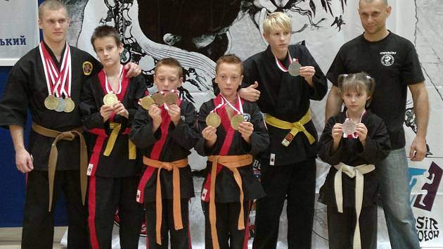 Karvinští medailisté po prvním dni turnaje: zleva Marek Szweda, Jan Vlášek, Denis a Filip Filipkovi, Denis Zipser, Josephina Viktorová a trenér Jaroslav Szweda.