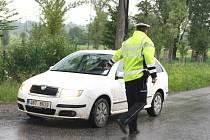 Policie začala dodržování zákazu vjezdu v objížďce v části Lipiny kontrolovat stále častěji. Výjimku mají například auta tamních zahrádkářů, kteří si vyřídili speciální povolenky.