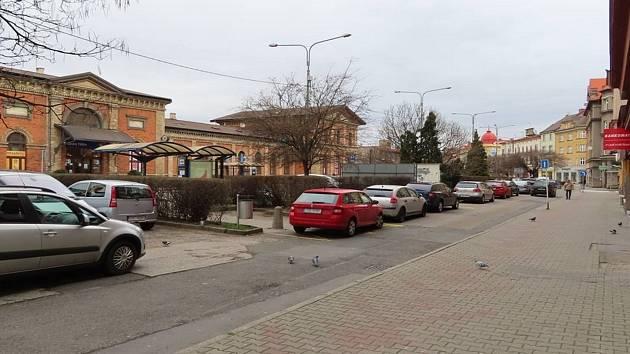 Začala proměna Nádražní ulice. Snímek současného stavu ulice před hotelem Piast.