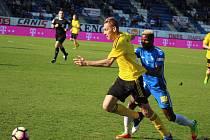 Karvinští fotbalisté (ve žlutém) prohráli v Liberci 0:2.
