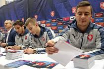 Vybraní fotbalisté národního týmu U21 a trenér Vítězslav Lavička v Obchodním centru v Karviné rozdávali autogramy a zvali na páteční utkání.