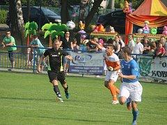 Havířovští fotbalisté (v modrém) se loučí s pohárem.