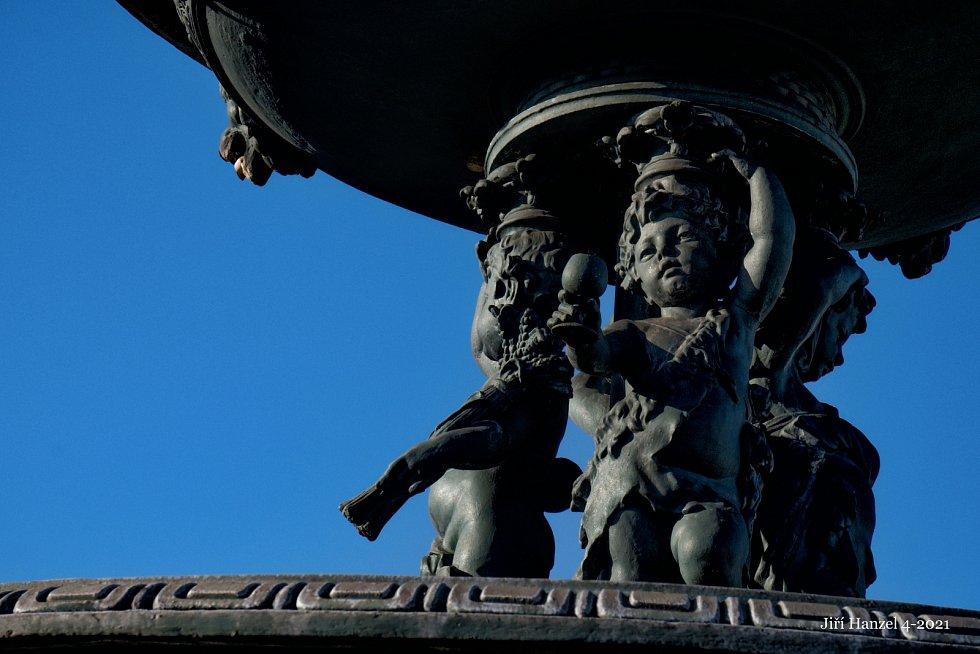 Detaily kašny na karvinském Masarykově náměstí.