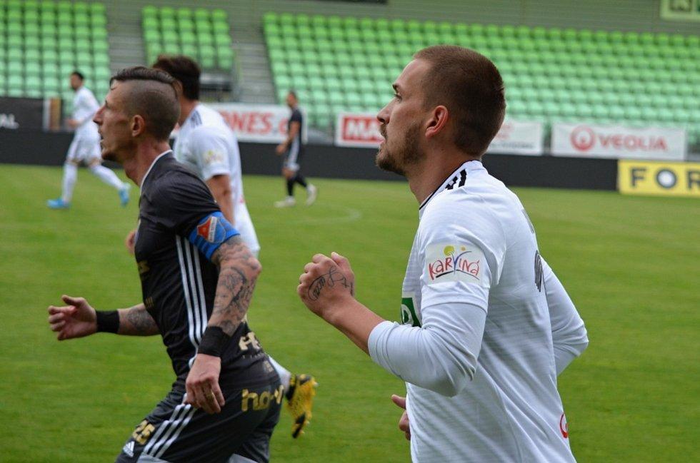 Karvinští fotbalisté (v bílém) remizovali v přípravném duelu s Baníkem Ostrava 2:2.