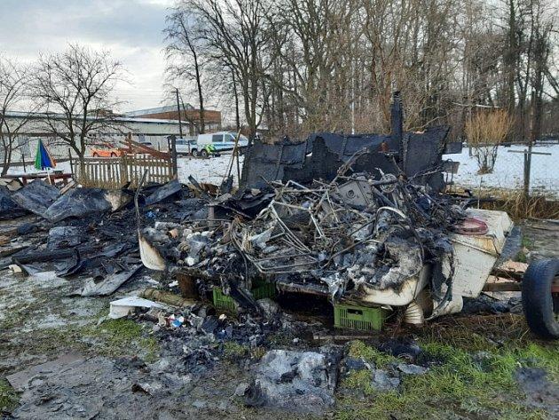 Požár zahradní chatky a obytného přívěsu vKarviné.