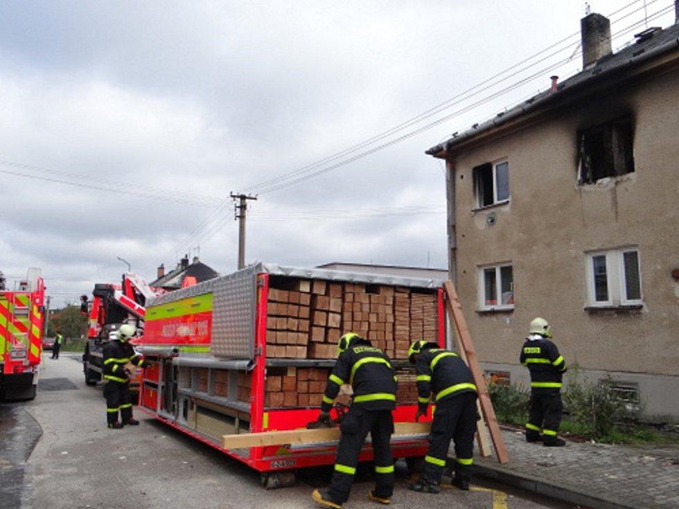 Zásah hasičů v domě poškozeném výbuchem a požárem.