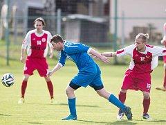 Tomáš Věčorek (v modrém) uhrančivě sleduje míč, ale bohumínským fotbalistům nepomohlo ani to. Zase prohráli a budou mít nejspíš problémy.