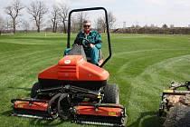 Jaroslav Dvořák na své sekačce brázdí travnaté pláně nového karvinského golfového hřiště.