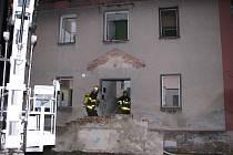Hasiči při likvidaci požáru bytovky v Prostřední Suché.