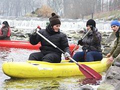 Vodáci se vydali už podeváté na novoroční sjezd řeky Olše.