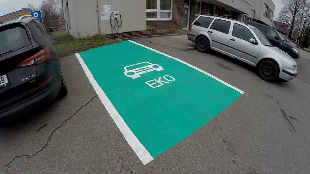 Nabíjecí stanice určená zejména pro elektromobily, elektrokola a elektrokoloběžky na Dělnické ulici v Havířově.