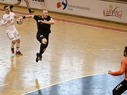 Karvinští házenkáři (v černém) porazili v derby Frýdek-Místek.
