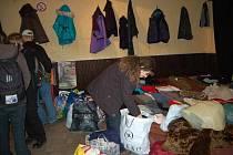 Bezdomovci měli z čeho vybírat. Na snímku jedna z pracovnic K–Centra rozděluje darované věci.