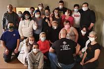 Část party lidí, která denně šije ochranné roušky, se schází v bývalé restauraci Orel na sídlišti Pátá etapa, a část, která šije doma.
