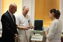 Primář urologického oddělení havířovské nemocnice Josef Kopecký vysvětluje funkci přístroje.