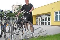 Stojany k odložení kol jsou také u Sportovní haly Žákovská.