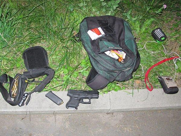 Věci zajištěné uzadrženého recidivisty, včetně zbraně a nábojů.