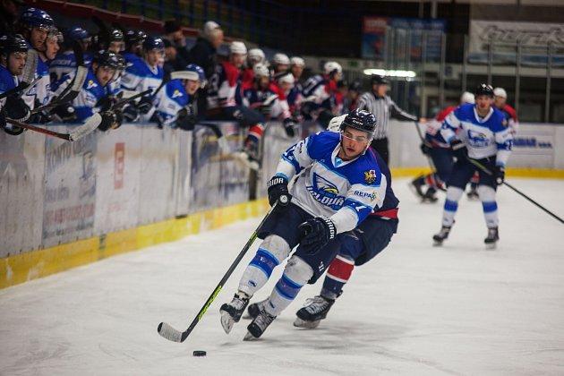 Orlovští hokejisté (vbílém) se loučili se sezonou porážkou.