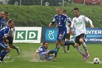 Vodní lázně v Karviné. Domácí fotbalisté (v bílém) přišli o výhru nad Olomoucí až v předposlední minutě po nestandardní standardní situaci.