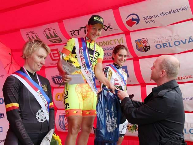 Nejlepší závodnice páté etapy. Zleva druhá Jarmila Machačová, vítězka Marta Tagliaferro a třetí další Italka K. Ragusa.