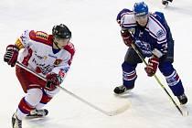 Hokejisté Karviné (modré dresy) neuspěli v Porubě.