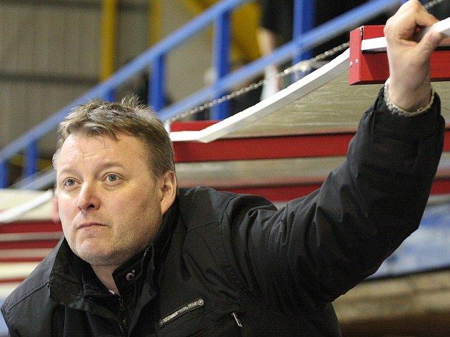 Trenér mužstva Petr Česlík je na své hráče hrdý.
