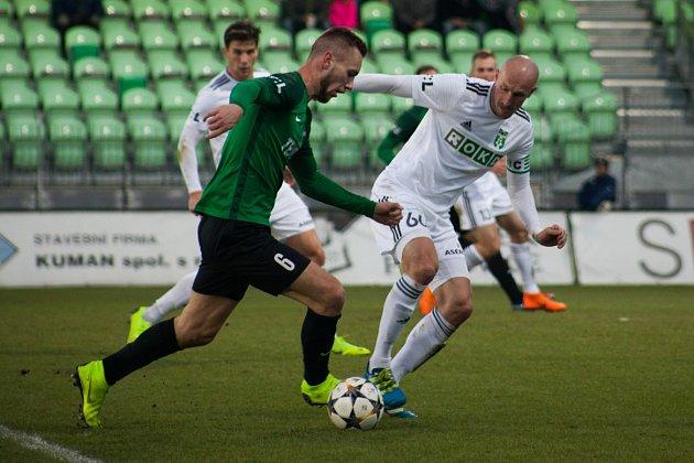 Karvinští fotbalisté (vbílém) svým výkonem proti Jablonci zaujali.