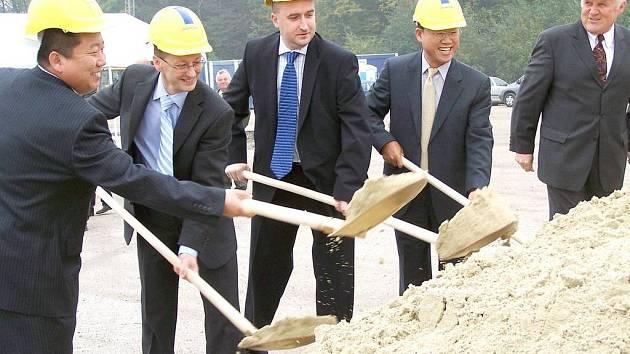 Slavnostní výkop stavby nové továrny provedl  starosta Vít Slováček a zástupci firmy PHA Czech.