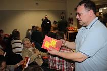 Investigativní novinář Jaroslav Kmenta rozdával v Orlové kritickou knihu o Miloši Zemanovi.