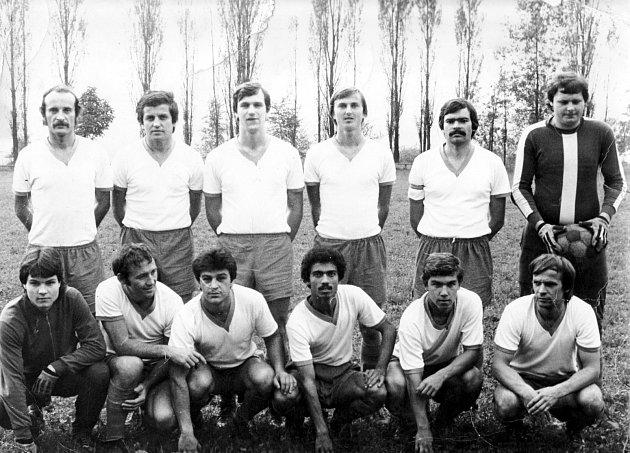 Vdresu Spartaku Kovona, jiného karvinského klubu, kam odešel jako hrající trenér. Emil Slovák vhorní řadě druhý zleva.