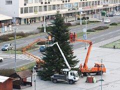 Zdobení vánočního stromu, který je součástí vánočního městečka v centru Havířova.