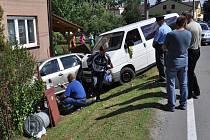 V Dolní Lutyni došlo ke kuriozní nehodě. Polská dodávka sjela ze silnice a sešrotovala přitom fabii zaparkovanou u vjezdu do zahrady.