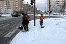 Zimní údržba komunikací v Havířově. Ruční úklid sněhu z přechodů pro chodce.