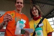 V ulicích měst se pohybují dobrovolníci s kasičkami.