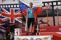 Adriana Slezáková na stupních vítězů poté, ve ve španělské Valencii vyhrála závod agility se svým psem Jerrym.