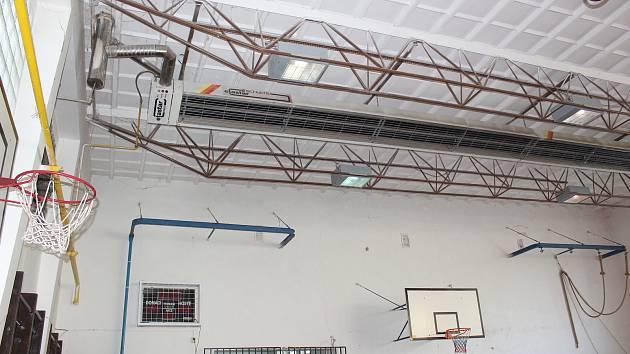 Dvojtělocvična ZŠ M. Kudeříkové v Havířově musela být kvůli havarijnímu stavu střechy uzavřena.