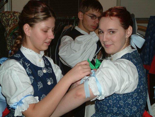 Děvčata z národopisného souboru Olšina si upravují kroje před vystoupením.