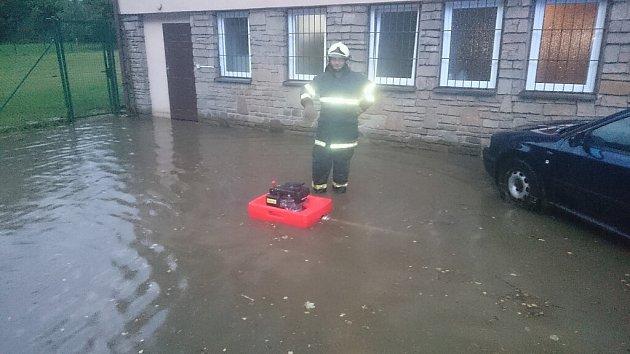 Vodu museli hasiči čerpat také ze sklepa karvinské restaurace Beskyd.
