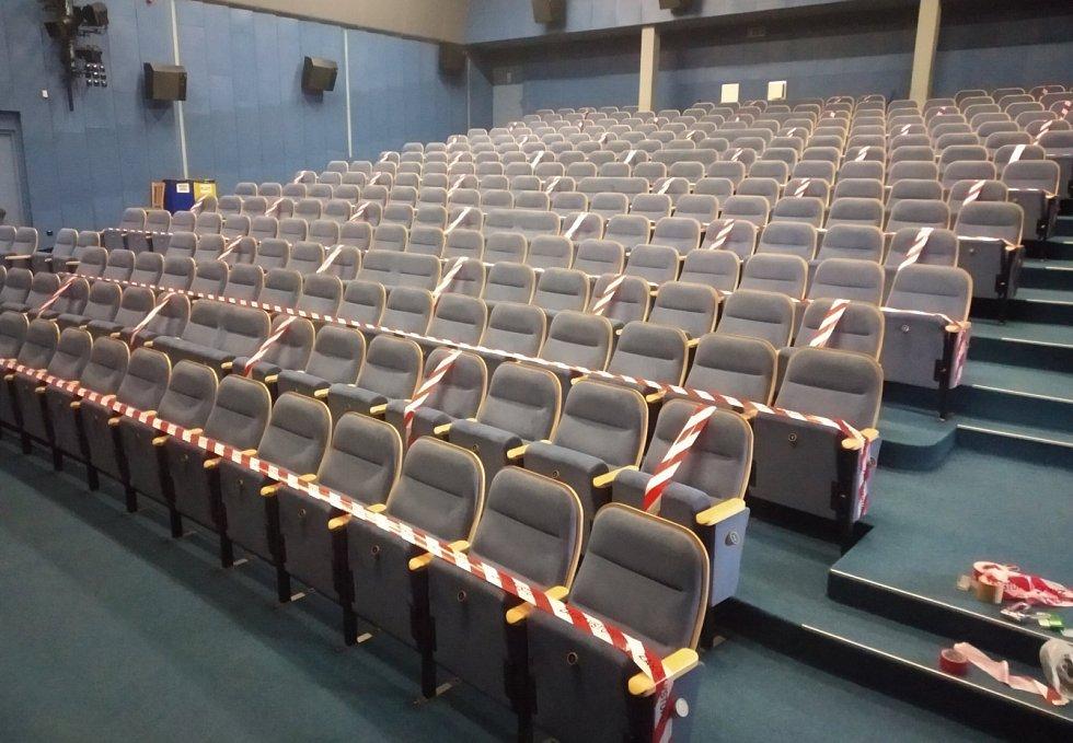 Z kapacity 306 míst bude k dispozici jen 94 z nich. Červené pásky označují místa, kde bude z důvodu bezpečné vzdálenosti zapovězeno sedět.