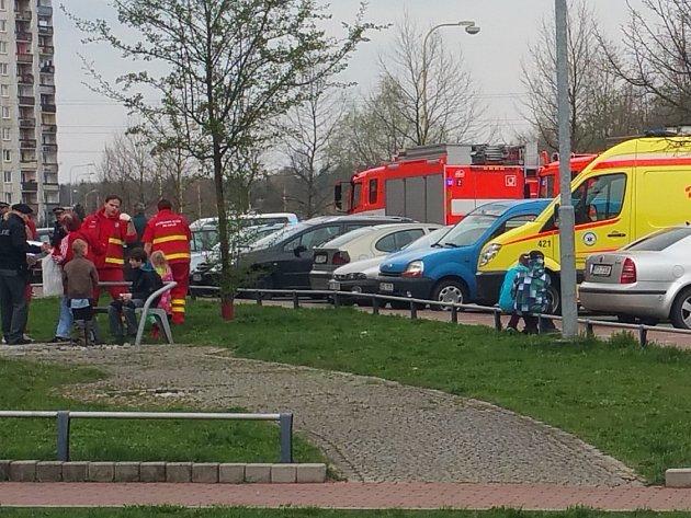 Zásah záchranářů v panelovém domě, který zamořil dráždivý plyn.